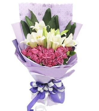 21枝紫玫瑰,4枝多头铁炮百合,绿叶适量搭配。