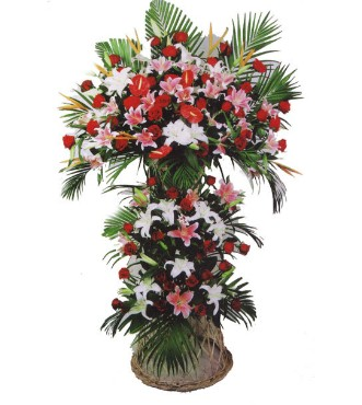 白色铁炮百合,粉色香水百合,红掌,红色玫瑰,小鸟搭配,散尾葵叶适量