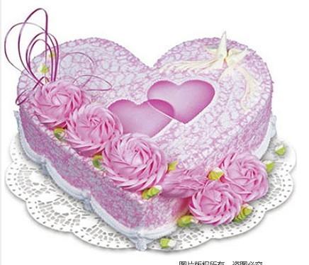 8寸心形鲜奶蛋糕,粉色奶油花装饰,粉色双心。