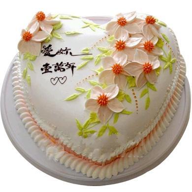 8寸心型鲜奶蛋糕,9朵雕花装饰