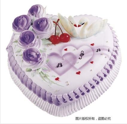 8寸心形鲜奶蛋糕,5朵紫色玫瑰,两颗红樱桃,两只白天鹅