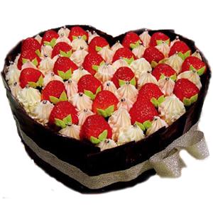 鲜奶,草莓心型蛋糕,巧克力片围边【水果是时令,不一定是草莓】