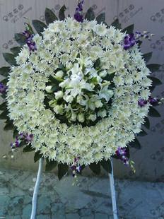 昆明白菊花180枝,白色香水百合4枝,白玫瑰19枝,泰国石斛兰诺干,绿材适量