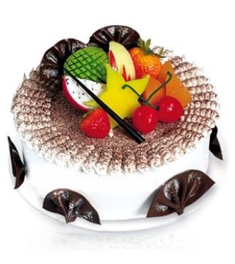 8寸鲜奶水果蛋糕,中心放各色时令水果,扇形巧克力插片