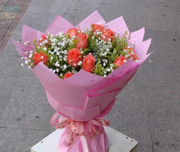 11枝粉玫瑰,满天星丰满。