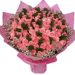 99朵粉玫瑰,绿草点缀,满天星外围。