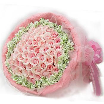 99枝粉玫瑰,内衬白色纱网,粉色绉纹纸外包装,配同色蝴蝶结
