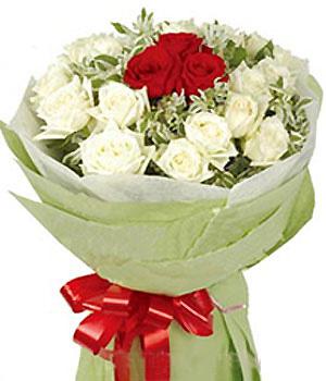 3朵红玫瑰,16朵白玫瑰外围,高山积雪(或绿叶)丰满