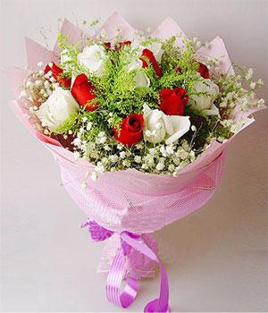 12枝昆明精品白玫瑰、12枝红玫瑰、黄莺丰满、满天星围边