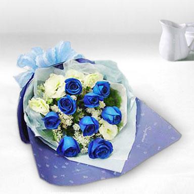 9枝蓝色妖姬(预订花材),白色玫瑰5枝,满天星点缀;