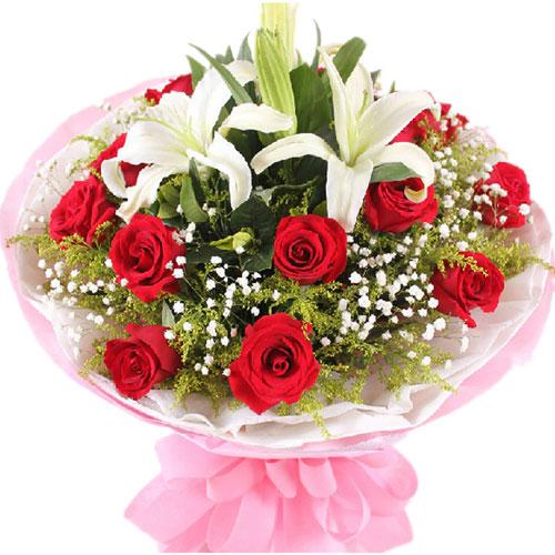 11枝红玫瑰+1枝多头白百合,满天星,黄莺点缀