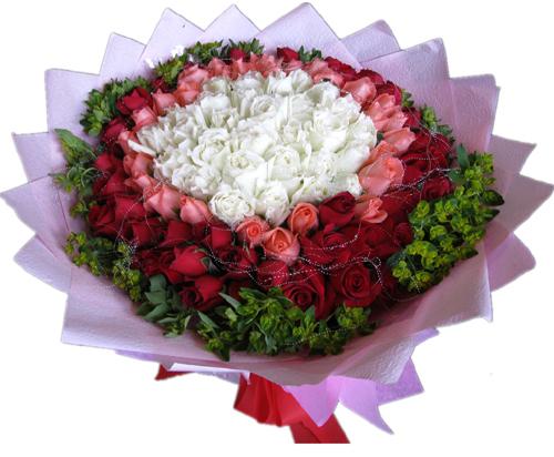 33枝红玫瑰+33枝白玫瑰+33粉玫瑰配绿叶