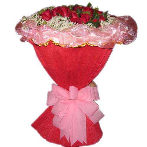 11枝红玫瑰,满天星绿叶围绕。