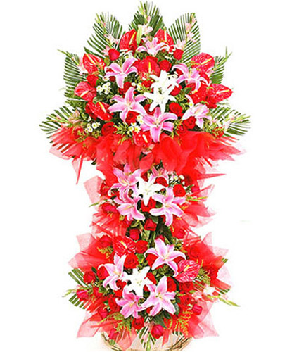 红掌,红色玫瑰,粉色香水百合,粉色步步高,黄莺和鱼尾叶丰满,红色绵纸衬托,绿叶搭配