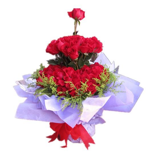 66枝红玫瑰配黄莺围绕