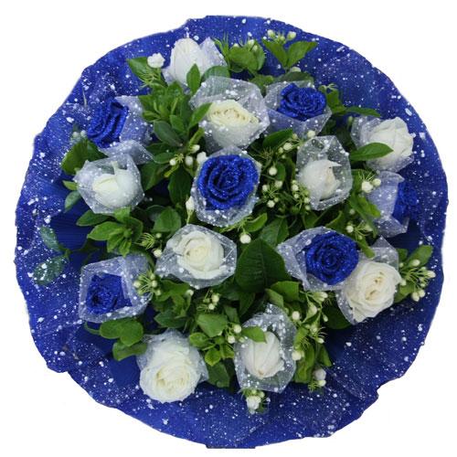 6枝蓝玫瑰+9枝白玫瑰,绿叶围绕