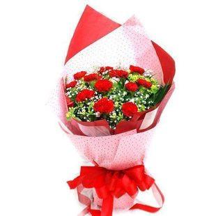 12枝红色康乃馨,满天星+黄莺点缀