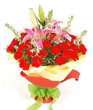 28枝红色康乃磬,2枝多头粉色香水百合,水晶草丰满.