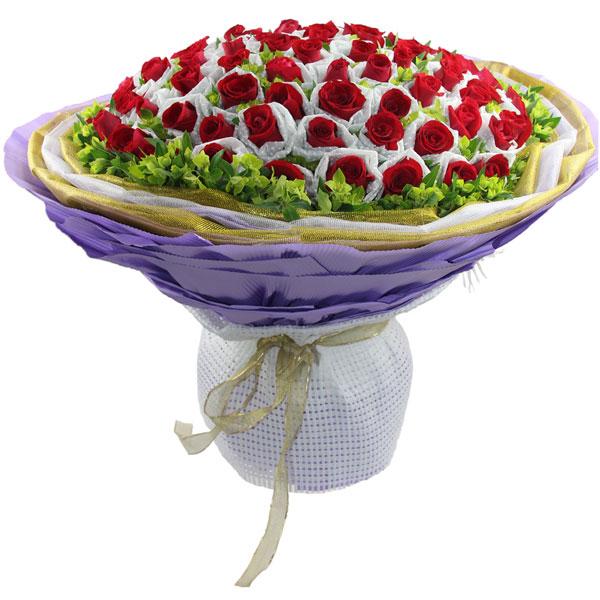 66枝红玫瑰单独包装,叶上黄金丰满。