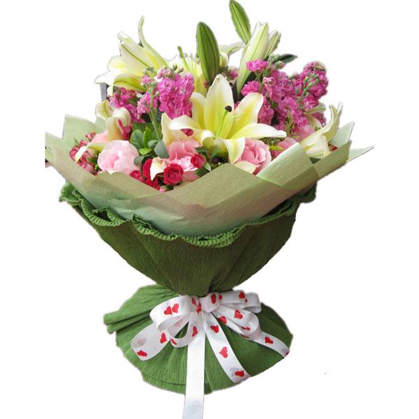 3朵黄百合,配蝴蝶兰,9枝粉玫瑰,绿叶围绕