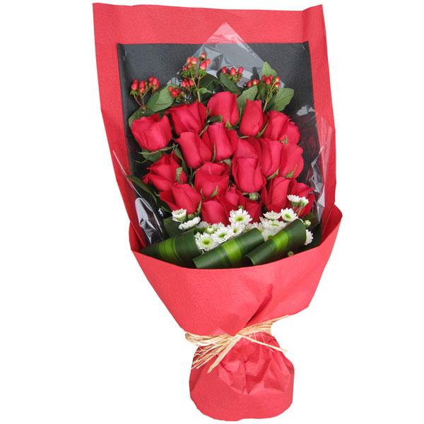 19朵红玫瑰、白色野菊花绿叶陪衬相思豆点缀