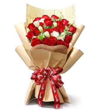 19朵红玫瑰、白色龙胆适量、高山积雪(或用栀子叶代替)搭配